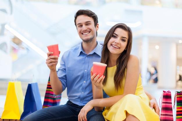 Retrato de casal em shopping