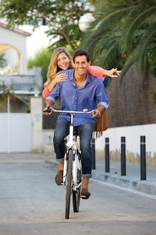 Retrato de casal feliz andando de bicicleta juntos no caminho