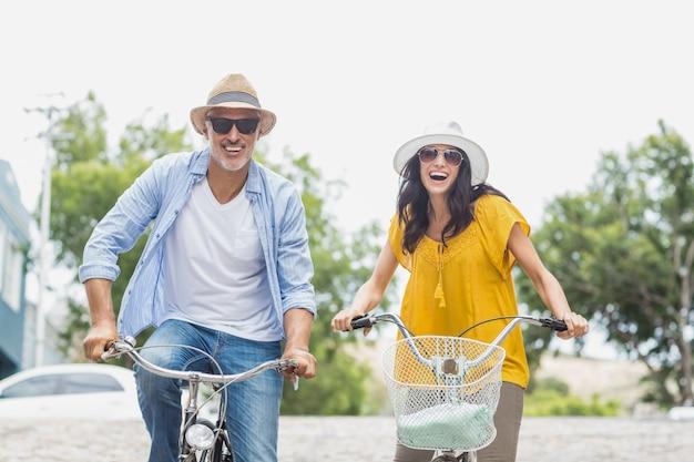 Retrato de casal feliz ciclismo