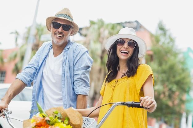 Retrato de casal feliz com ciclos