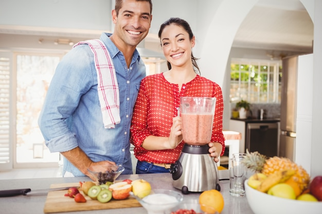 Retrato de casal feliz com suco de fruta