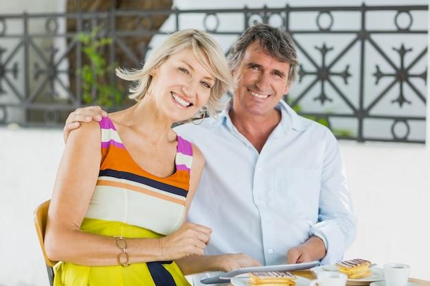 Retrato de casal feliz com tablet digital