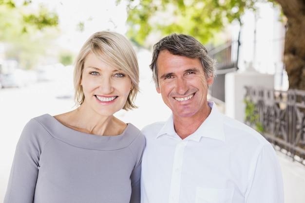 Retrato de casal feliz na cidade