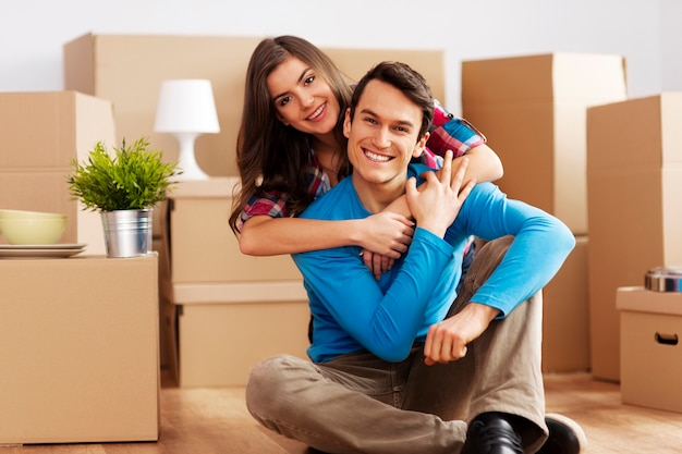 Retrato de casal feliz na nova casa