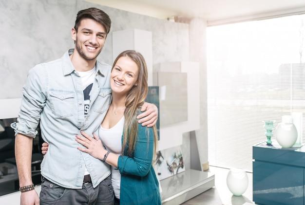 Retrato de casal feliz na sala de estar