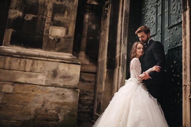Retrato de casal feliz recém-casado