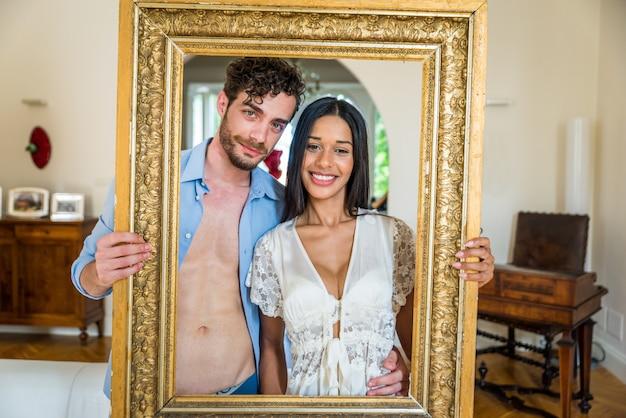 Retrato de casal feliz segurando um quadro