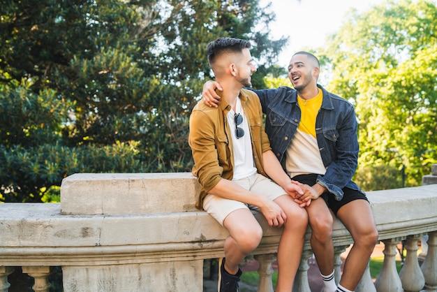 Retrato de casal gay feliz, passando um tempo juntos e tendo um encontro no parque. Foto Premium