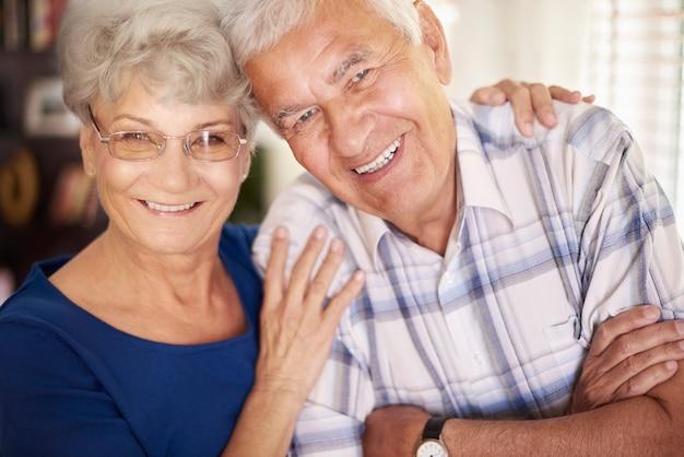 Retrato de casal idoso alegre