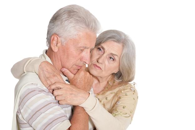 Retrato de casal idoso triste em fundo branco