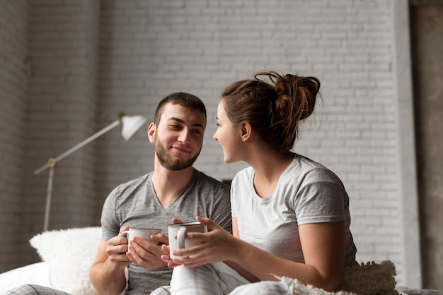 Retrato de casal jovem adorável tomando café