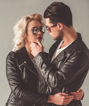 Retrato de casal jovem elegante em jaquetas de couro.