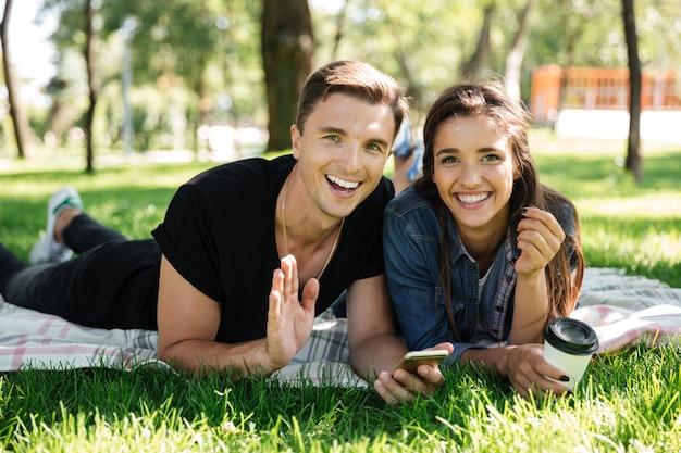 Retrato de casal jovem feliz bebendo café