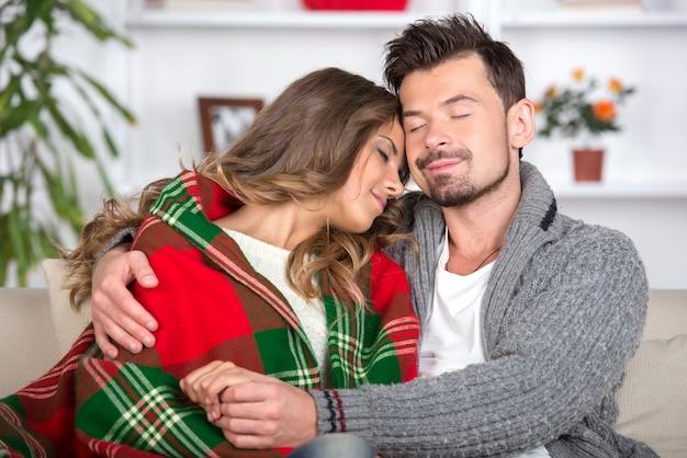 Retrato de casal jovem sorridente em casa.