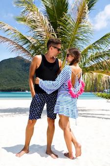 Retrato de casal muito romântico se divertindo em ilhas tropicais, um homem bonito e uma linda namorada