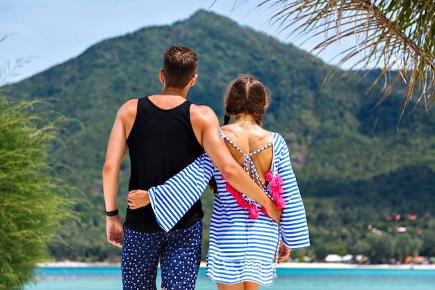 Retrato de casal muito romântico se divertindo em ilhas tropicais