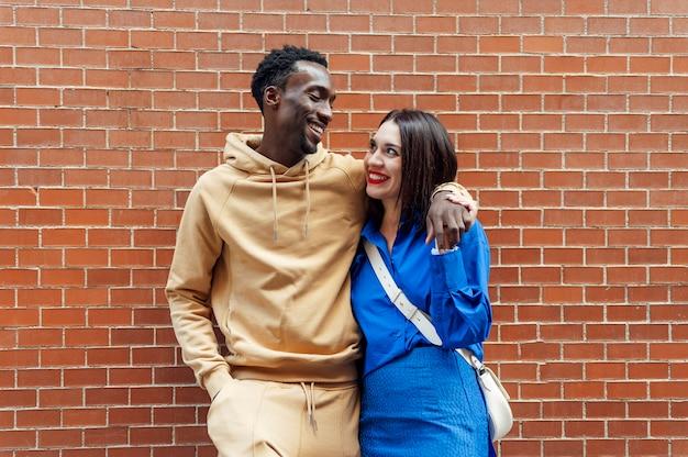 Retrato de casal multiétnico sorrindo