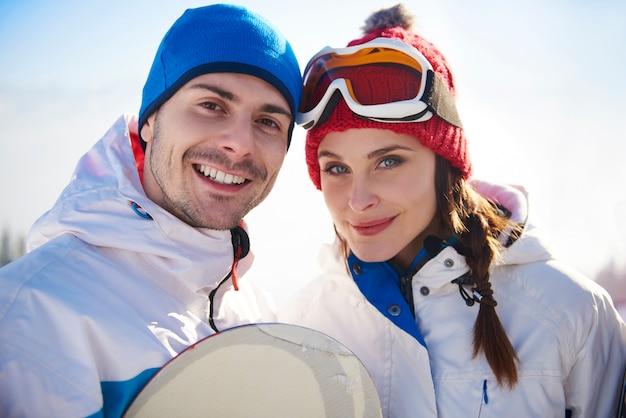 Retrato de casal nas férias de esqui