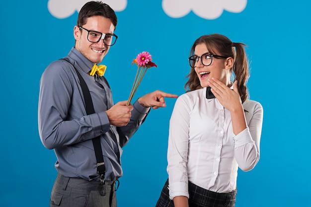 Retrato de casal nerd namorando