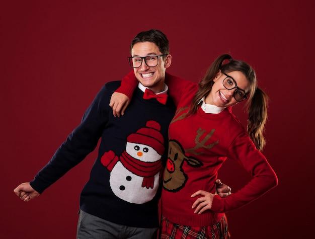 Retrato de casal nerd usando suéteres engraçados