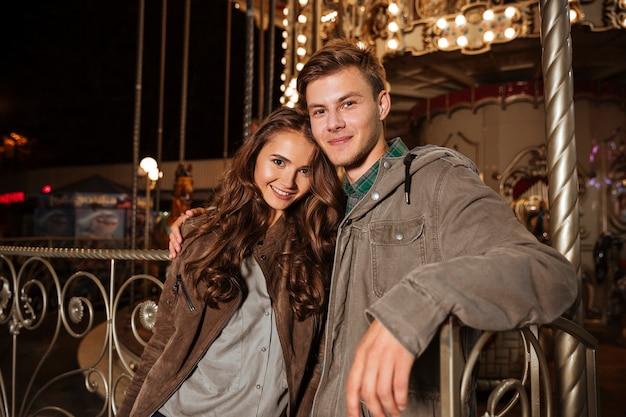 Retrato de casal no parque de diversões.