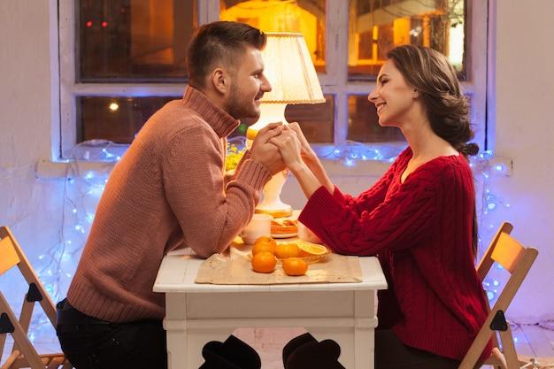 Retrato de casal romântico no jantar do dia dos namorados