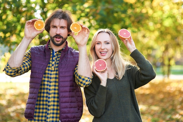 Retrato de casal se divertindo com frutas