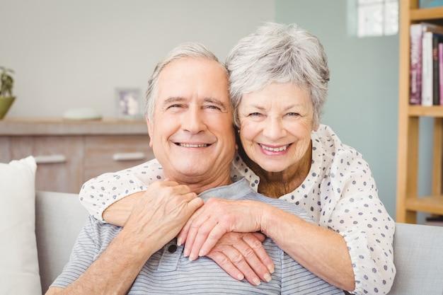 Retrato de casal sênior romântico em casa