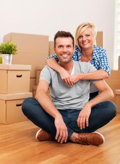 Retrato de casal sentado na nova casa