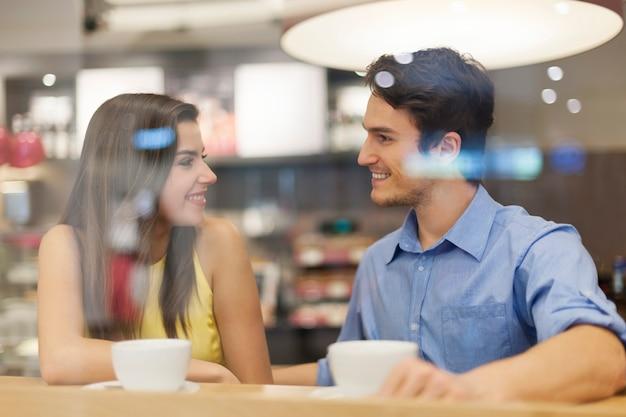 Retrato de casal sorridente em um café