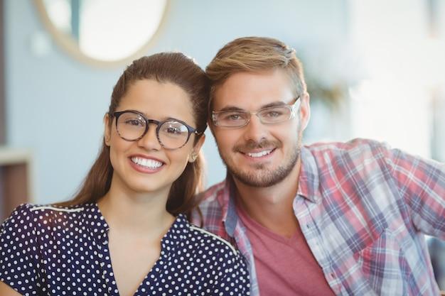 Retrato de casal sorridente usando óculos