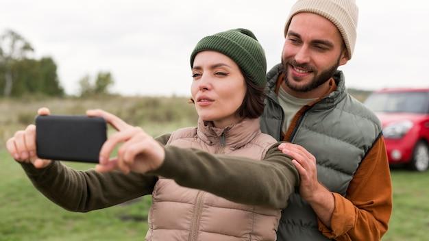 Retrato de casal tirando selfie Foto Premium