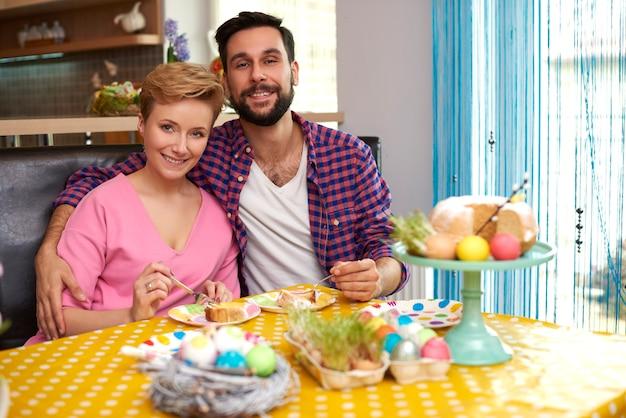 Retrato de casamento alegre na cozinha