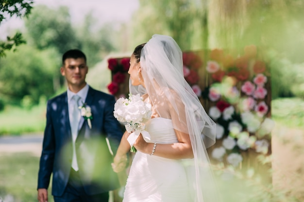 Retrato de casamento de um casal jovem, noivo e noiva posando