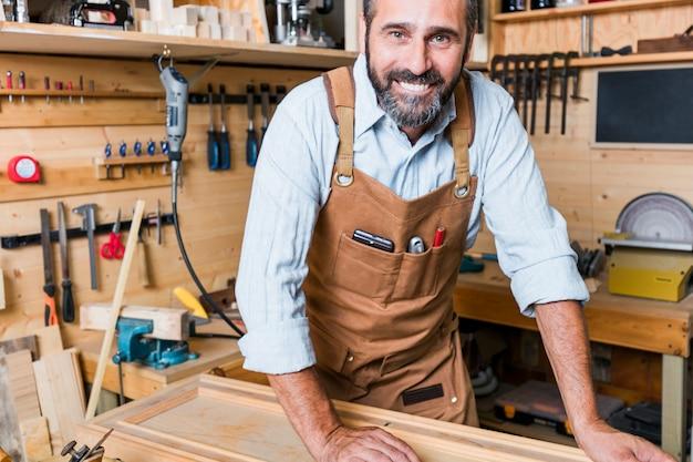 Retrato, de, caucasiano, carpinteiro, no trabalho