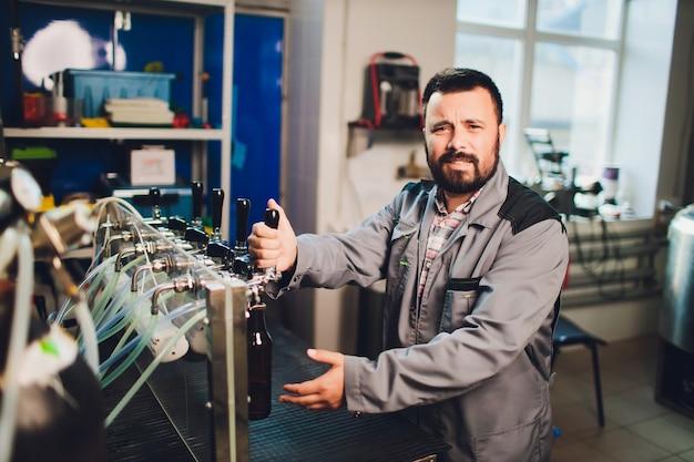 Retrato de cervejeiro fazendo cerveja no seu local de trabalho na cervejaria