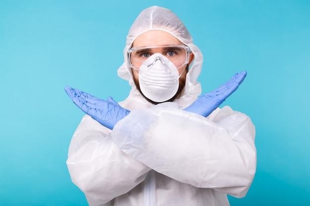 Retrato de cientista virologista vestindo roupa de proteção, óculos e respirador mostrando stop