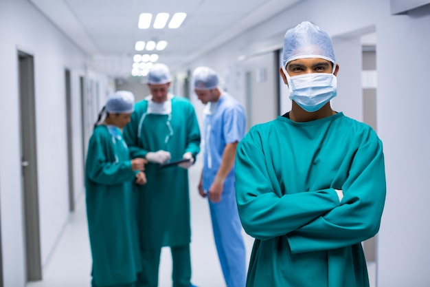 Retrato de cirurgião em pé no corredor