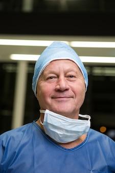 Retrato de cirurgião sorridente
