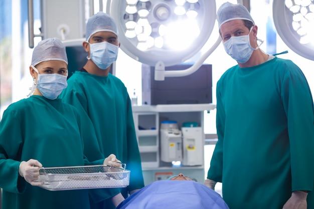 Retrato de cirurgiões realizando operação no teatro de operação