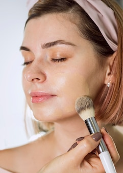 Retrato de cliente de maquiagem linda