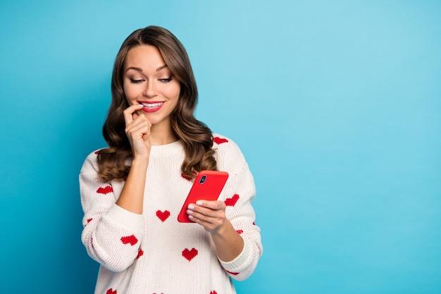 Retrato de close-up adorável feminino lindo fofa alegre menina curiosa usando gadget 5g app serviço de namoro na web