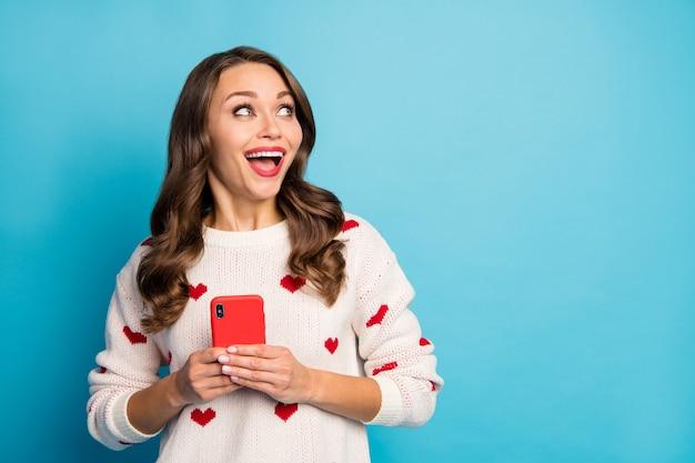 Retrato de close-up adorável muito fofa alegre alegre garota usando dispositivo serviço de namoro na web