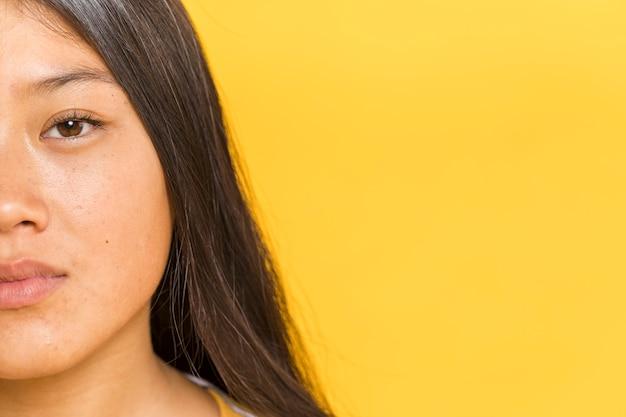 Retrato de close-up com metade do rosto de mulher