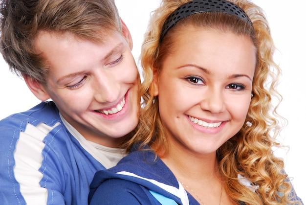 Retrato de close-up de casal atraente flertando