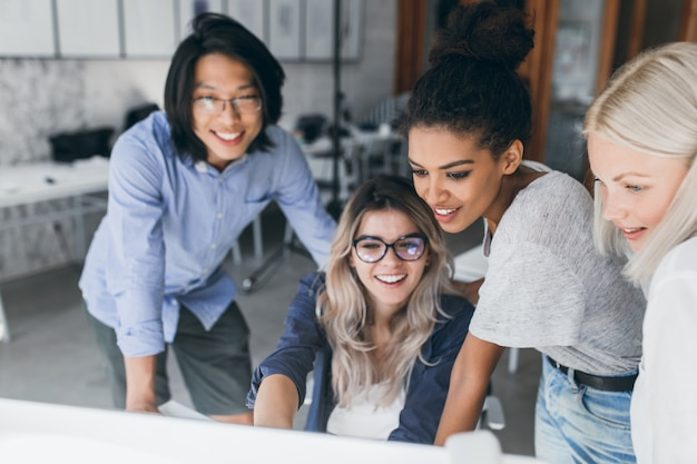 Retrato de close-up de especialistas em ti freelance olhando para a tela do laptop com um sorriso