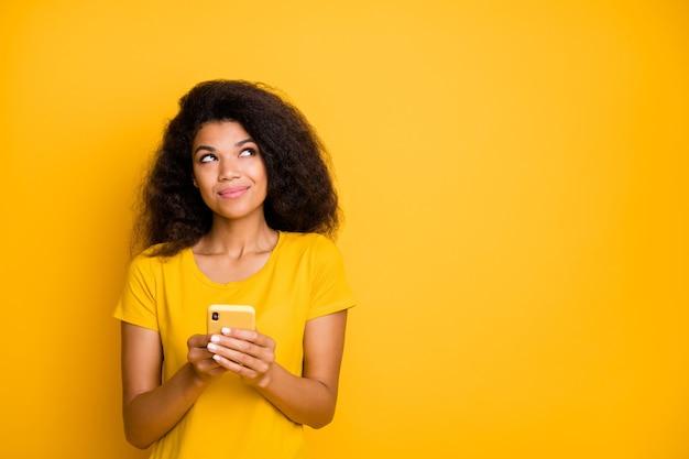 Retrato de close-up de menina sonhadora usando smartphone