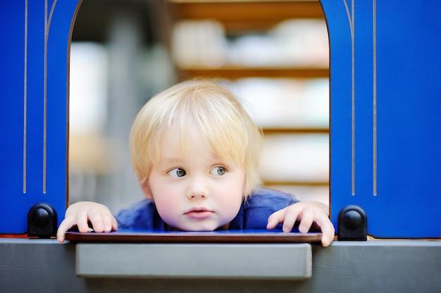 Retrato de close-up de menino bonitinho durante o jogo