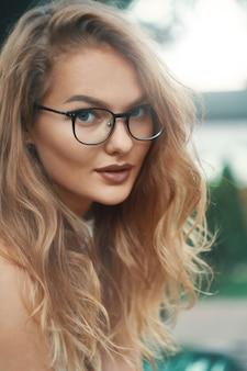 Retrato de close-up de modelo de óculos na moda