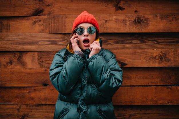 Retrato de close-up de mulher chocada falando ao telefone